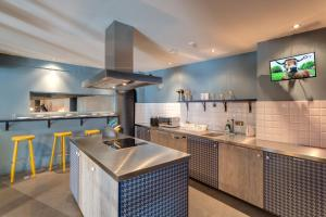A kitchen or kitchenette at MEININGER Hotels Bruxelles City Center