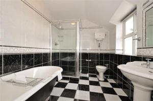A bathroom at Claremount House B&B