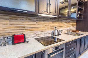 A kitchen or kitchenette at Pearl Apartments