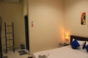 A bed or beds in a room at Chillin Kuta Homestay