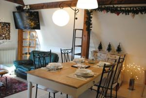 A restaurant or other place to eat at Gite l'Ame d'Antan