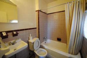 A bathroom at Lee High Inn