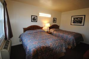 A bed or beds in a room at Lee High Inn