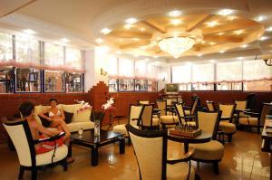 Ein Restaurant oder anderes Speiselokal in der Unterkunft Bilkay Hotel