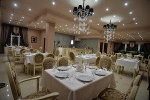 A restaurant or other place to eat at Chernivtsi Arbat