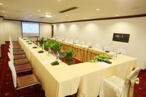 The business area and/or conference room at Thumrin Hotel