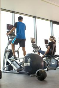 The fitness centre and/or fitness facilities at Hilton Garden Inn Leiden