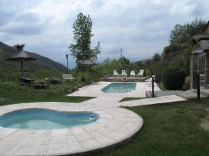 The swimming pool at or near Cabañas Los Arreboles