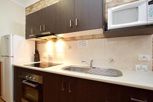 A kitchen or kitchenette at Highlander Motor Inn