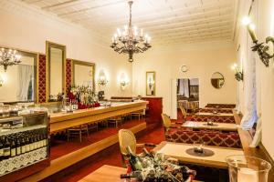 Ein Restaurant oder anderes Speiselokal in der Unterkunft Grand Hotel Bellevue