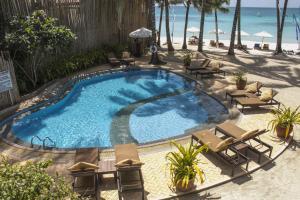 Вид на бассейн в Microtel by Wyndham Boracay или окрестностях