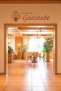 Ein Restaurant oder anderes Speiselokal in der Unterkunft Gasthaus Kreuz