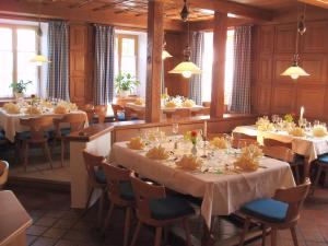 A restaurant or other place to eat at Gasthof zur Post Oberwirt