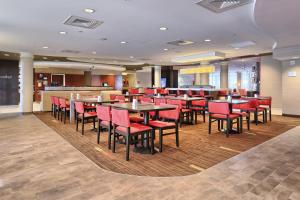 A restaurant or other place to eat at Courtyard by Marriott Harrisburg West/Mechanicsburg