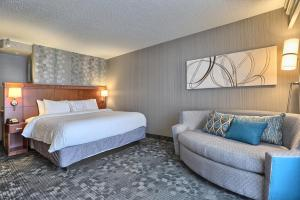 A bed or beds in a room at Courtyard by Marriott Harrisburg West/Mechanicsburg