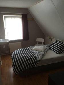 Een bed of bedden in een kamer bij Oans Thuus
