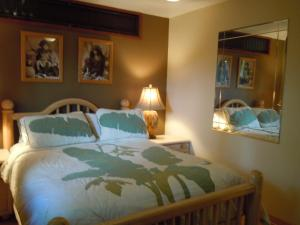 A bed or beds in a room at Maui What a Wonderful World Bed & Breakfast