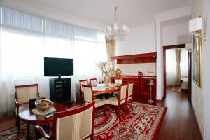A television and/or entertainment center at Apart-hotel Integra