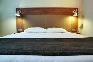 A bed or beds in a room at Campanile Paris Ouest - Chaville