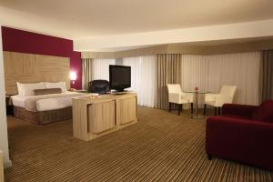 A television and/or entertainment centre at Crowne Plaza Lima, an IHG Hotel