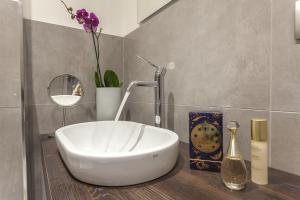 Um banheiro em St. George's Vatican Suites