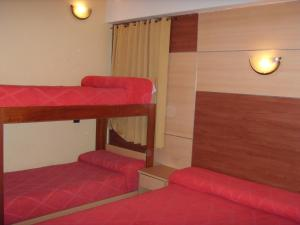 Двухъярусная кровать или двухъярусные кровати в номере Hotel Embajador