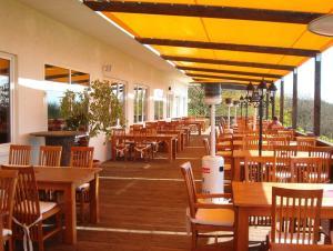 Ein Restaurant oder anderes Speiselokal in der Unterkunft Hotel und Gasthaus Rammelburg-Blick