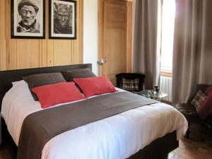 A bed or beds in a room at Le Lit Du Loup