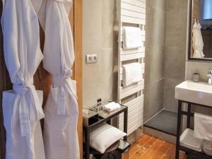 A bathroom at Le Lit Du Loup