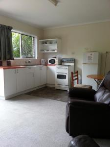 A kitchen or kitchenette at Sandy Court Holiday Units
