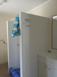 A bathroom at Sandy Court Holiday Units