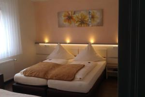 A bed or beds in a room at Central Hotel Garni