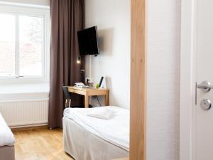 En tv och/eller ett underhållningssystem på Hotell Svanen