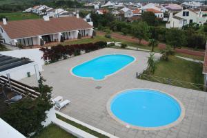 Uitzicht op het zwembad bij Apartamentos Turisticos Nossa Senhora Da Estrela of in de buurt