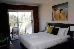 A bed or beds in a room at Mildura Riverview Motel