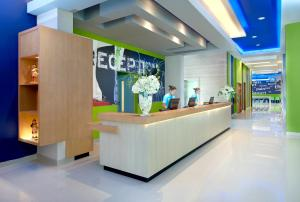 The lobby or reception area at Ibis Budget Semarang Tendean