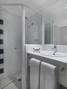 A bathroom at Travelodge Hotel Sydney