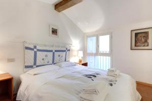 A bed or beds in a room at Residenza Ricasoli - Visitaflorencia