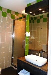 Salle de bains dans l'établissement Hôtel Concorde - Rodez Centre Ville