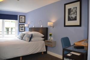 A bed or beds in a room at Frisco Inn
