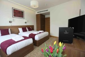 سرير أو أسرّة في غرفة في فندق لندن كينغس