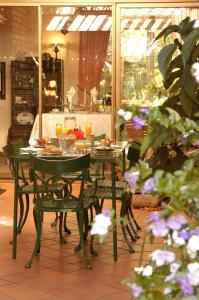 A restaurant or other place to eat at Elonda B&B