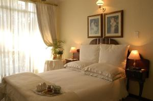 A bed or beds in a room at Elonda B&B