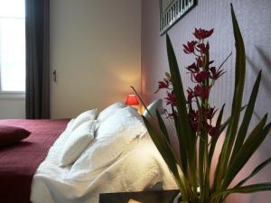 A bed or beds in a room at Studio des Rosaires