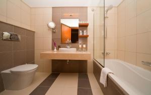 A bathroom at City Seasons Al Hamra Hotel