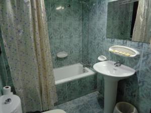 A bathroom at Deira Palace Hotel