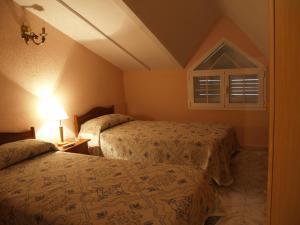A bed or beds in a room at Hostal El Mirador