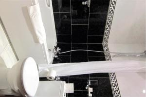 A bathroom at The Old White Lion Hotel