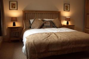 A bed or beds in a room at Dalewood Holiday Homes