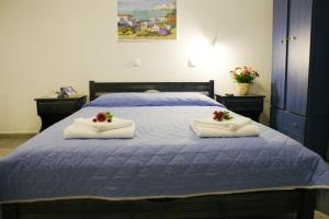 A bed or beds in a room at Athina Apartments Naxos Town